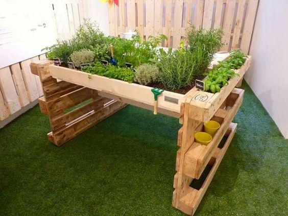 un jardin avec des palettes de bois c 39 est a la vie. Black Bedroom Furniture Sets. Home Design Ideas